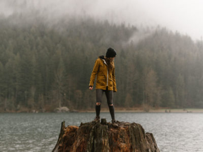 pacific North West couple Photographer at rattle snake ledge in seattle and the forest,socality